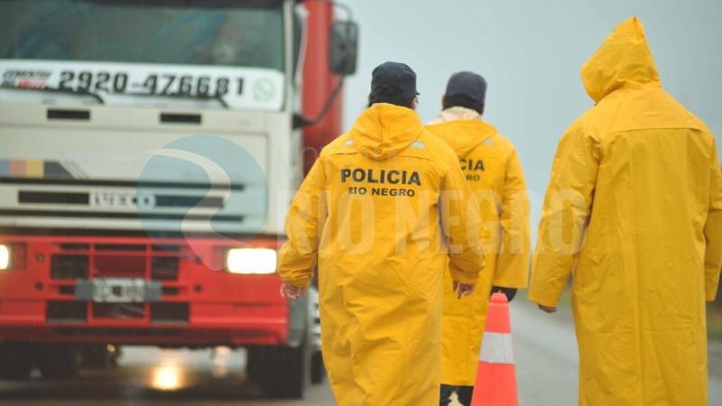 policias, capas, lluvia
