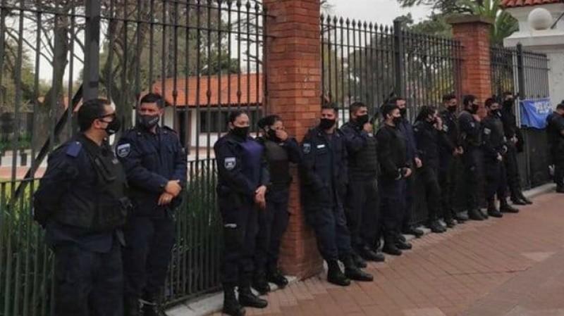 residencia de olivos, policias, PROTESTA, reclamo