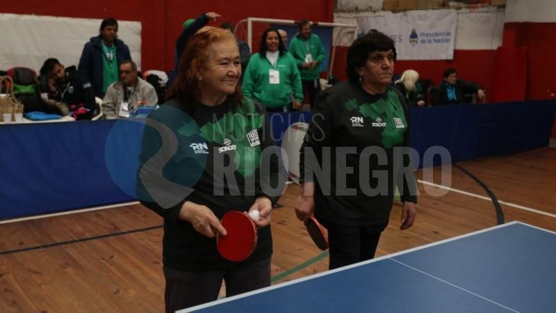 adultos mayores, juegos evita, tenis de mesa