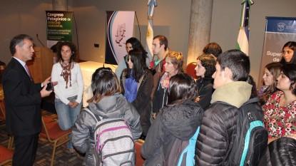 Dr. Mansilla con estudiantes